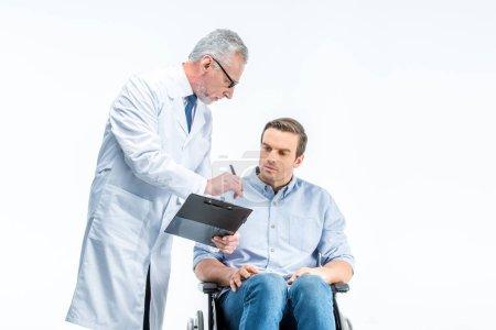Photo pour Mature mâle médecin donne document pour soupir pour handicapé homme isolé sur blanc - image libre de droit