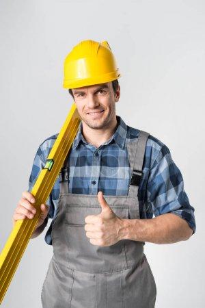 Ouvrier avec l'outil de niveau