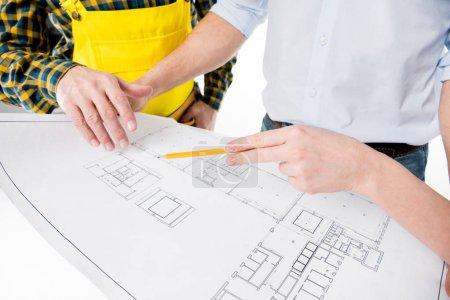 Photo pour Vue partielle des architectes examinant le plan ensemble isolé sur blanc - image libre de droit
