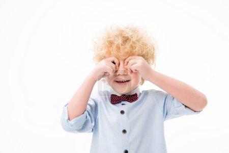 Photo pour Mignon bouclé garçon frotter son yeux isolé sur blanc - image libre de droit