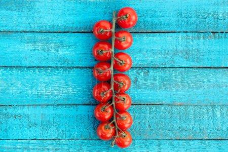 Photo pour Vue de dessus des tomates-cerises fraîches sur la table en bois bleue - image libre de droit
