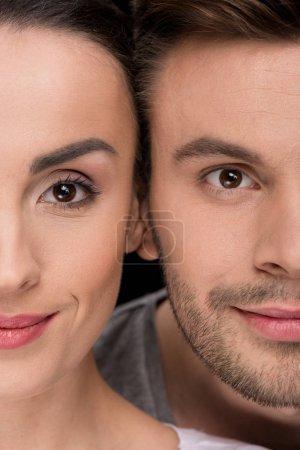 Photo pour Tête du sourire de femme et homme à la recherche d'appareil photo sur fond noir - image libre de droit