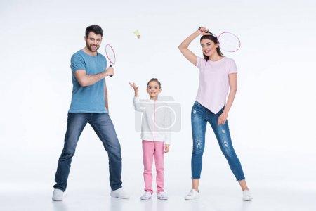 Photo pour Famille souriante avec raquettes de badminton et volant isolé sur blanc - image libre de droit