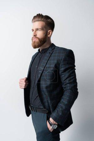 Photo pour Portrait d'homme barbu élégant coûteux en costume isolé sur blanc - image libre de droit