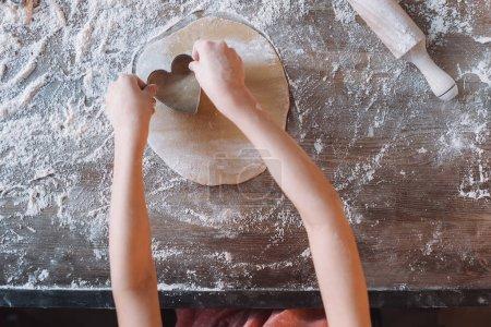 Niño preparando galletas