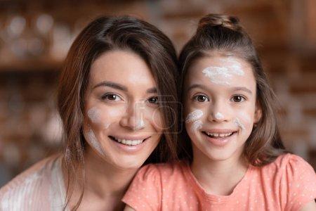 Mutter und Tochter in Mehl