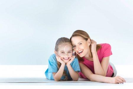 Photo pour Portrait de gaie fille et mère sur blanc - image libre de droit