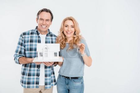 Ehepaar hält Hausmodell