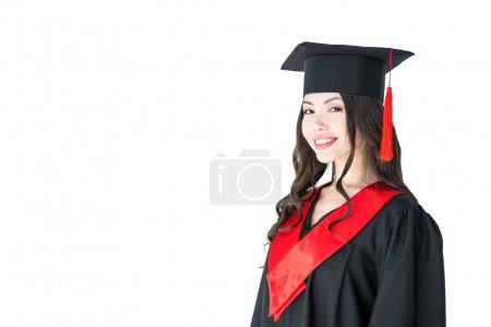 Photo pour Belle jeune femme brune en mortier souriant à regarder la caméra isolée sur blanc - image libre de droit