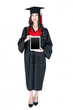 Photo pour Belle jeune femme brune en mortier tenant tablette numérique et souriant isolé sur blanc - image libre de droit