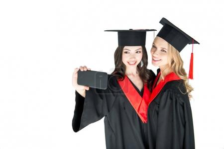 Photo pour Attrayant étudiants heureux prenant selfie sur smartphone isolé sur blanc - image libre de droit