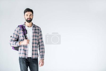 Photo pour Étudiant barbu avec sac à dos regardant caméra isolée sur blanc wth copier l'espace - image libre de droit