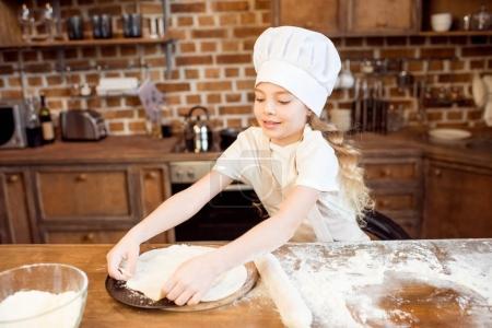Mädchen macht Pizzateig