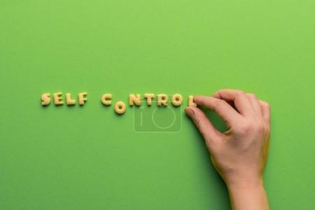 Foto de Concepto de controt del uno mismo, persona que palabras de cookies aisladas en verde. estilo de vida saludable y el concepto de vida saludable - Imagen libre de derechos
