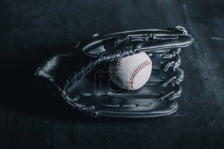 Photo pour Vue rapprochée du gant de baseball cuir et boule sur fond noir - image libre de droit