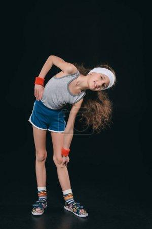 Photo pour Fille en vêtements de sport exercice isolé sur noir. enfants comédiens, 11 ans concept enfants - image libre de droit