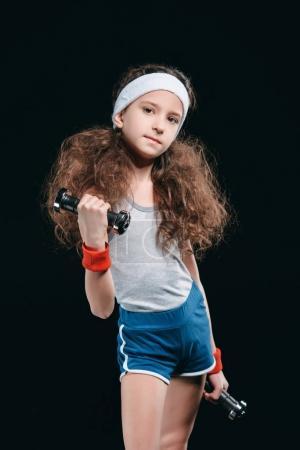 Photo pour Fille d'entraînement avec haltères isolé sur noir. enfants actifs concept isolé - image libre de droit