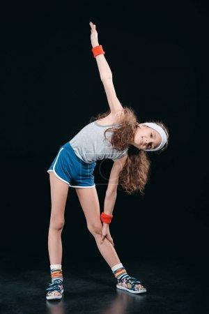 Photo pour Fille en vêtements de sport exercice isolé sur noir. enfants comédiens, concept enfants de 12 ans - image libre de droit