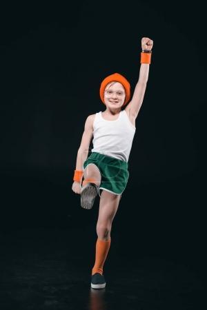 Photo pour Garçon sportif souriant avec lunettes exercice isolé sur fond noir - image libre de droit