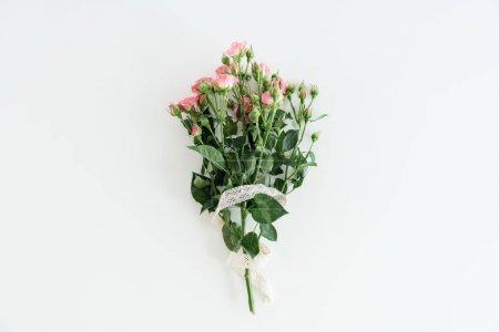 Photo pour Bouquet de roses rose avec ruban isolé sur blanc avec espace de copie, concept de bouquet de fleurs mariage - image libre de droit