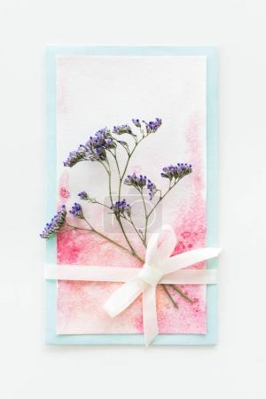 Photo pour Vue de dessus d'invitation Aquarelle avec fleur et ruban isolé sur blanc, concept floral d'invitation de mariage - image libre de droit