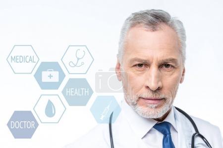 Photo pour Docteur confiant avec stéthoscope et les icônes de soins médicaux - image libre de droit