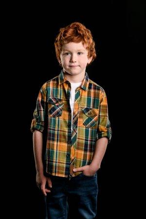 Photo pour Portrait de adorable rousse garçon regardant caméra isolé sur noir - image libre de droit