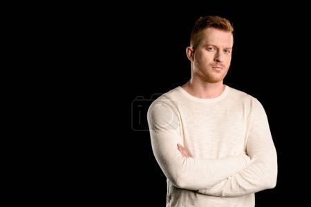 Photo pour Portrait d'un homme de belle rousse avec des bras croisés isolée sur fond noir - image libre de droit