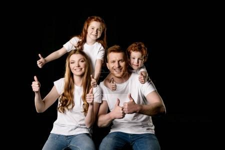 Foto de Retrato de familia feliz mostrando pulgar arriba aislados en negro - Imagen libre de derechos