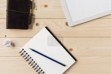 cuaderno con el lápiz y la tableta digital