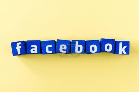 Photo pour Logo facebook en cubes bleus sur surface jaune - image libre de droit