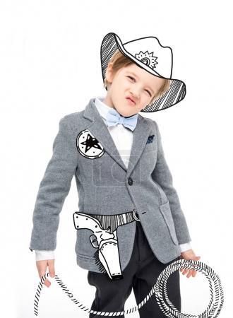Photo pour Shérif de mignon petit garçon avec pistolet dessinés et corde en mains - image libre de droit
