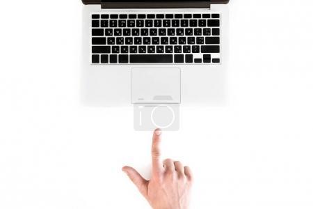 Photo pour Vue de dessus de la main humaine pointant vers l'ordinateur portable isolé sur blanc, concept de communication sans fil - image libre de droit
