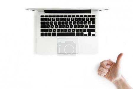 menschliche Hand und Laptop
