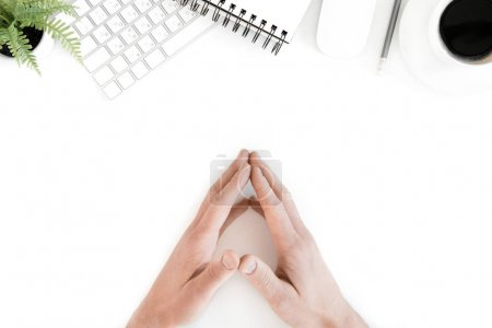 Photo pour Vue de dessus des mains humaines sur le lieu de travail avec clavier d'ordinateur, isolé sur blanc - image libre de droit