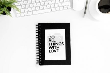 Photo pour Vue de dessus de faire toutes choses avec amour citation motivationnelle, souris et clavier isolé sur blanc - image libre de droit
