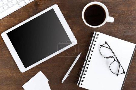 Photo pour Plat couche avec tablette numérique sans fil avec tasse de café sur le lieu de travail - image libre de droit