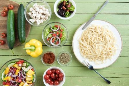 Spaghetti and fresh vegetables