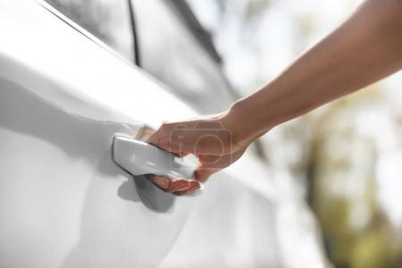 Photo pour Vue partielle de la femme ouvrant porte de voiture sur le parking - image libre de droit
