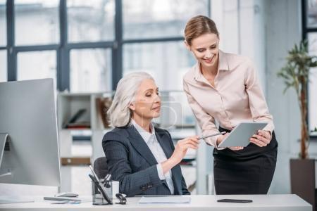 femmes d'affaires avec tablette numérique