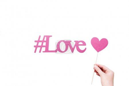 Photo pour Hashtag amour rose avec cœur signe en main isolé sur blanc - image libre de droit