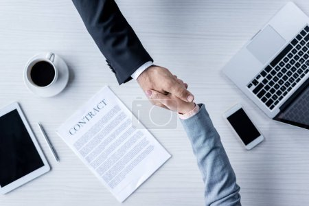 Serrer la main des gens d'affaires