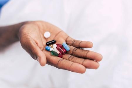 Photo pour Foyer sélectif de pile de pilules dans la main masculine - image libre de droit