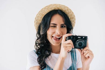 Photo pour Portrait de femme clignotante avec l'appareil photo en mains collent langue dehors gris isolé sur - image libre de droit