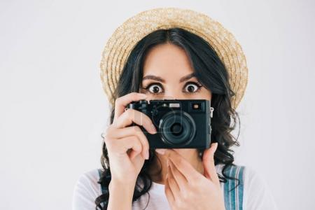 Photo pour Vue obscurcie de la femme tenant un appareil photo et regardant la caméra isolée sur gris - image libre de droit