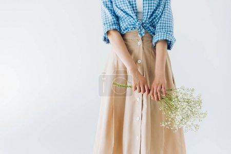Photo pour Vue partielle de la femme tenant le bouquet de fleurs en mains isolés sur fond gris - image libre de droit