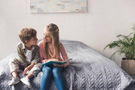 enfants adorables avec livre