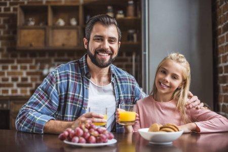 Photo pour Portrait du père et fille mignonne petit déjeuner ensemble à la maison - image libre de droit