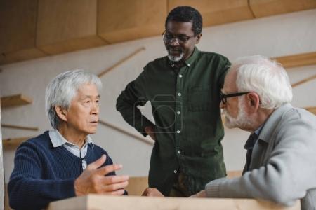 Foto de Grupo de hombres altos multiétnicos en café - Imagen libre de derechos
