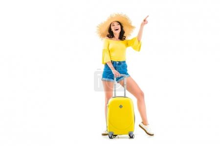 Photo pour Jeune femme avec bagages pointant vers le haut isolé sur blanc - image libre de droit